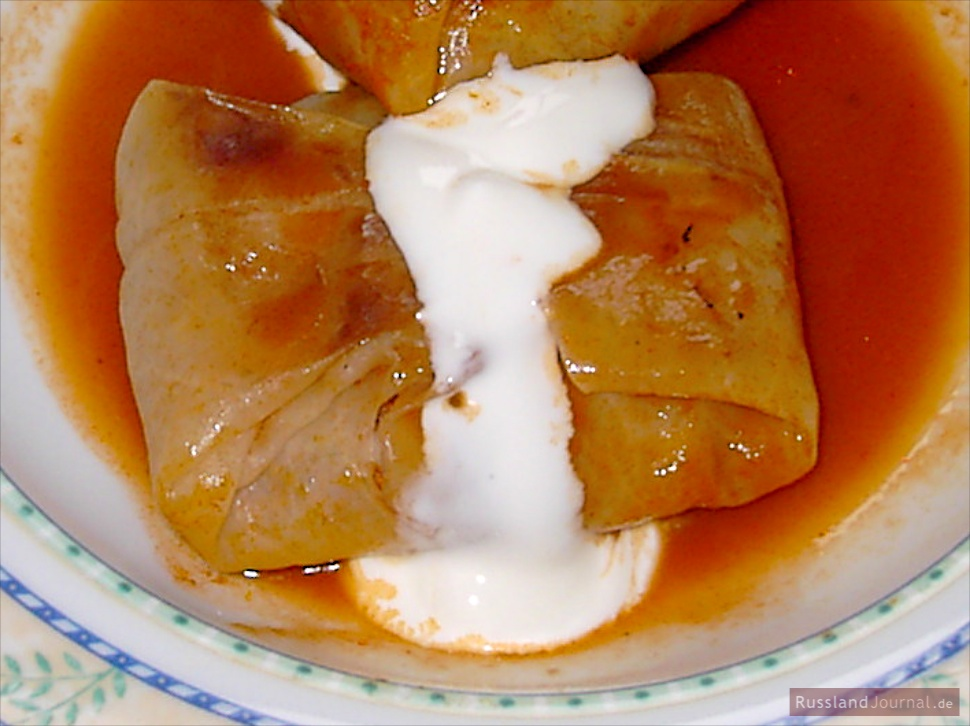 Remove threads and serve golubtsi with tomato sauce and sour cream.