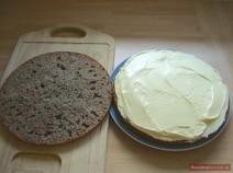 Разрезанный пополам и смазанный кремом торт Трухлявый пень