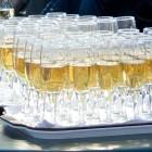Бокалы шампанского на подносах