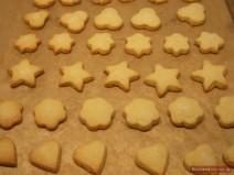 Готовое песочное печенье разной формы на противне