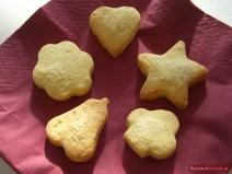 Песочное печенье разной формы на бордовой салфетке
