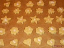 Песочное печенье разной формы на противне