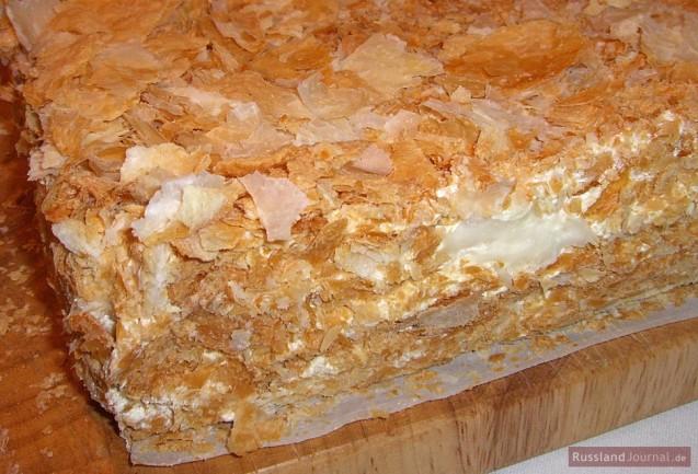 Угол торта Наполеон крупным планом