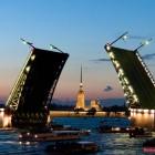 Разведённый Дворцовый мост с видом на Петропавловскую крепость в Санкт-Петербурге
