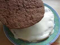 Шоколадный корж кладётся на политый сметанным кремом корж для торта Липун
