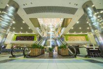 Rolltreppe und Halle im internationalen Flughafen Domodedowo in Moskau