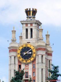 Eine Uhr auf dem Hauptgebäude der staatlichen Lomonossow Universität Moskau