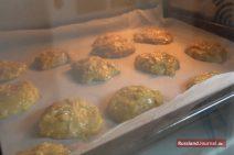 Lebkuchen auf Backblech im Ofen