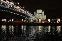 Blick vom Moskwa-Fluss auf die beleuchtete Christ-Erlöser-Kathedrale und die Patriarchen-Brücke bei Nacht