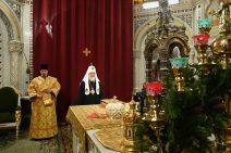 Patriarch von Russland im schwarzen Gewand und weißer Kopfbedeckung vor der Weihnachtsmesse 2020