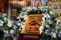 Ikone der Geburt Christi mit grün-weißem Blumenschmuck