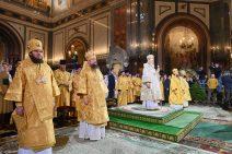 Der Patriarch und die Geistlichen in goldenen Festgewändern