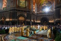 Der Patriarch und die Geistlichen um die Ikone der Geburt Christi ins Zentrum der Christ-Erlöser-Kathedrale