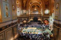 Blick von oben ins Zentrum der Christ-Erlöser-Kathedrale mit Patriarch, Geistlichen und Menschen