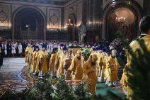 Geistliche Würdenträger in goldenen Gewänden verbeugen sich