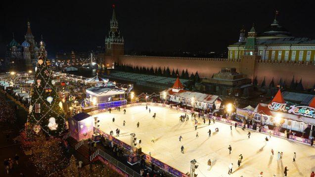 GUM-Katok: Die Eisbahn und Weihnachtsmarkt auf dem Roten Platz in Moskau