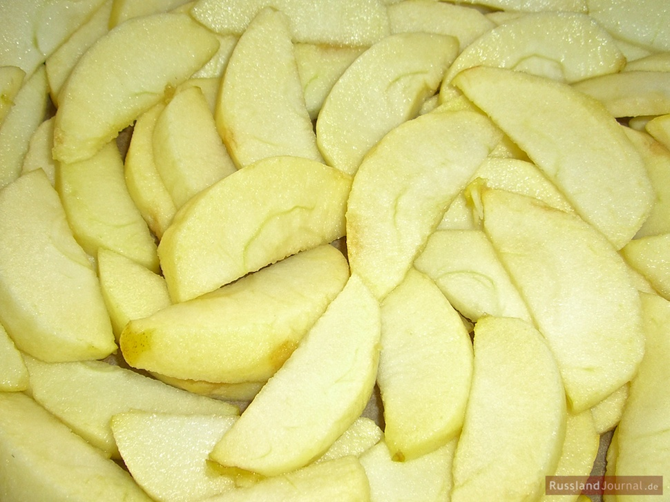 Äpfel für Apfelkuchen vorbereiten