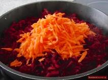 Karotten für Bohnen-Borschtsch in Pfanne geben