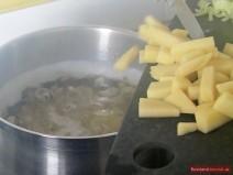 Kartoffeln zu Bohnen-Borschtsch geben
