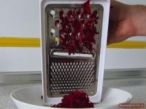 Bohnen-Borschtsch - Rote Bete raspeln