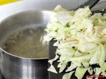 Weißkohl zu Bohnen-Borschtsch geben