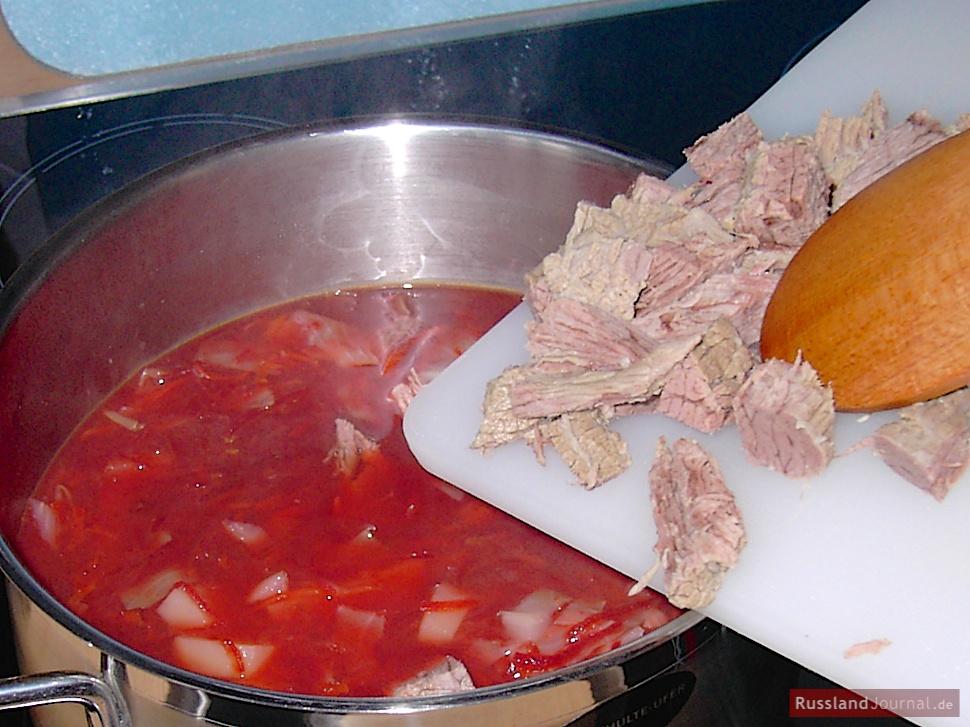 Fleisch zu Borschtsch zugeben