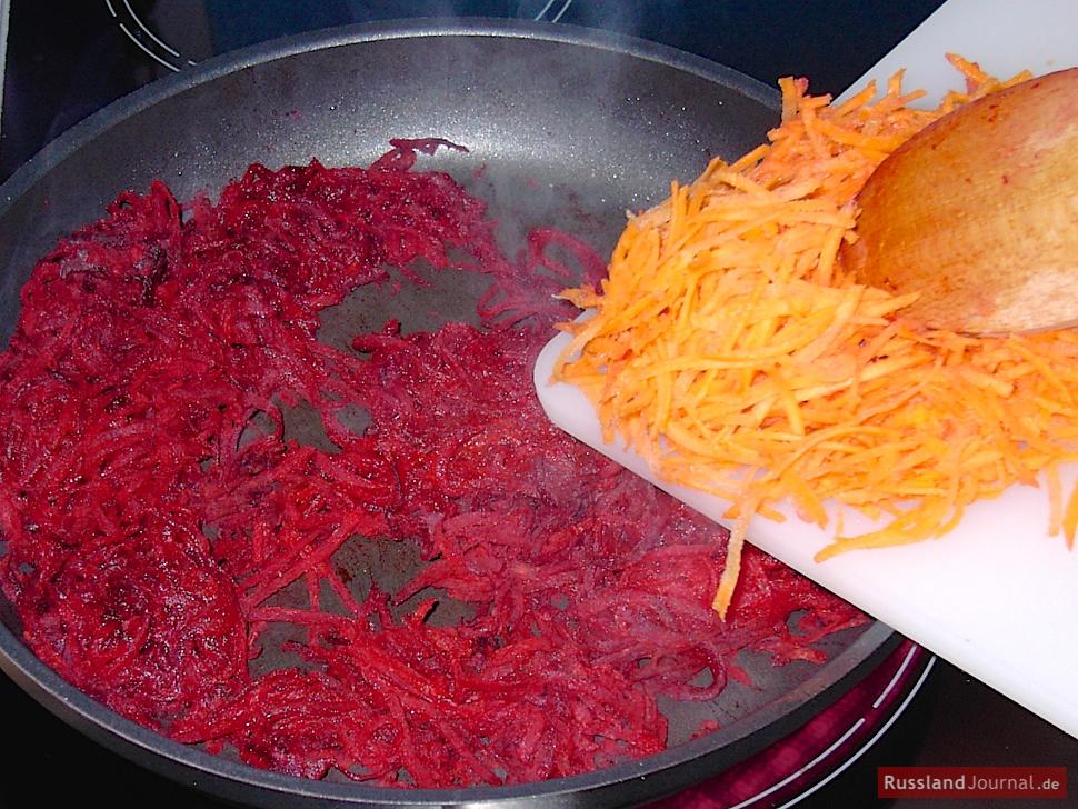 Karotten zu Borschtsch zugeben