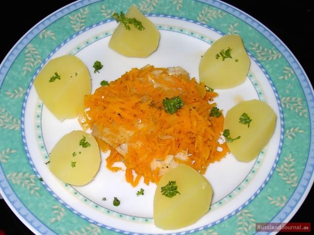 Fisch mit Karotten und Zwiebel