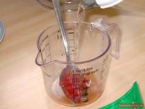 Gemüsebrühe und Tomatenpaste für Golubtsi