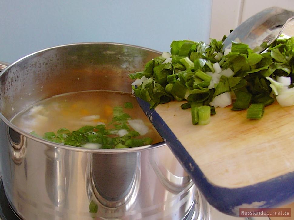 Gemüse zu Rassolnik hinzufügen