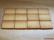 Kekse auf Backpapier auslegen
