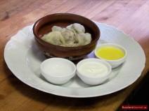 Sibirische Pelmeni servieren