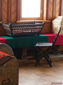 Antike Kinderwiege und Stuhl am Fenster