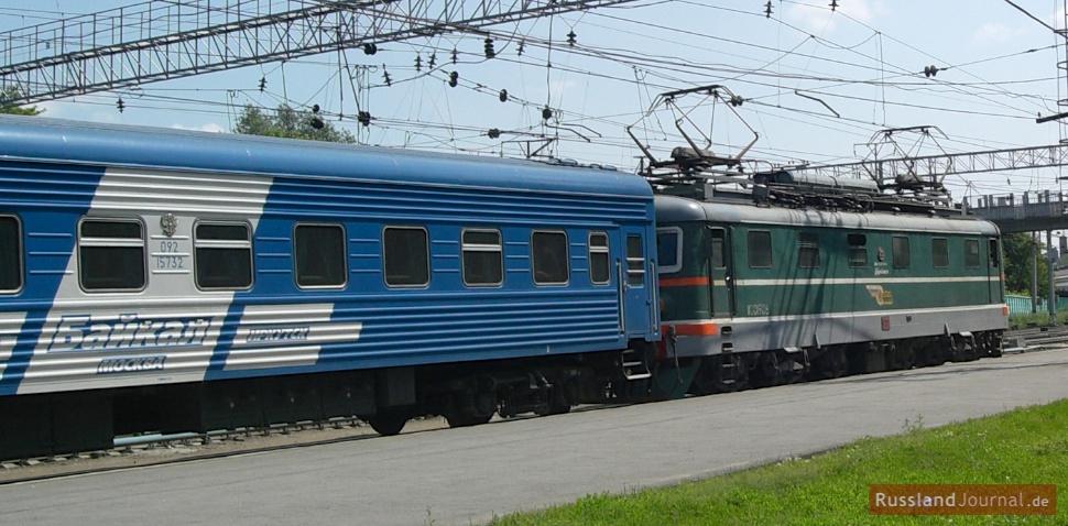 ein Zug am Bahnhof in Russland