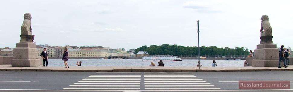Blick vom Haus von Peter I. über die Newa zum Sommerpalast
