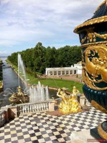 Blick von der Terrasse am Großen Palast auf den Meereskanal