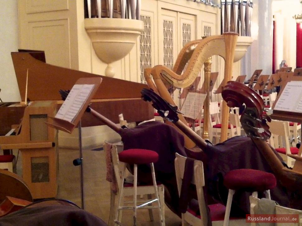 Bühne mit Musikinstrumenten