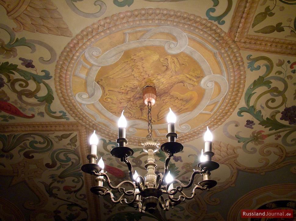 Deckenleuchte und Malerei mit dem doppelköpfigen Adler