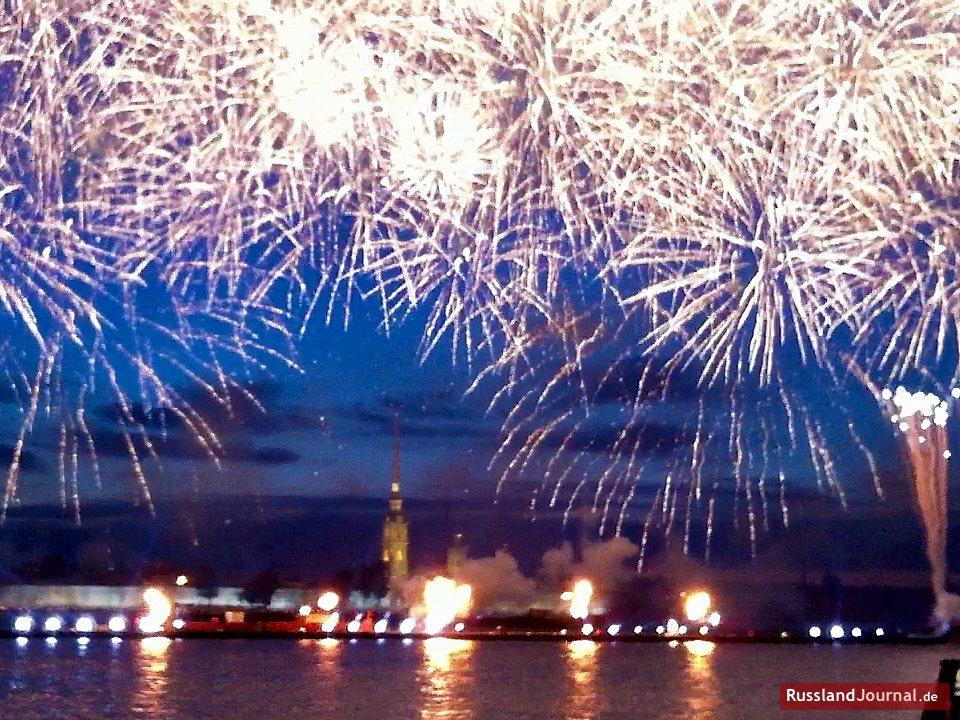 Feuerwerk über dem ganzen Himmel in St. Petersburg