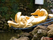 Delfine im Sockel der Samson-Fontäne