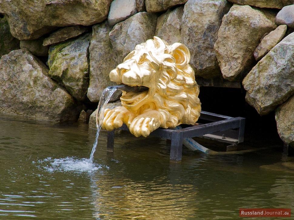 Löwenkopf im Sockel der Samson-Fontäne