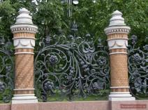 Kunstvolles Gartengitter des Michailowski-Garten in St. Petersburg