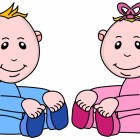 Zwei sitzende Babys: Junge in blau und Mädchen in rosa