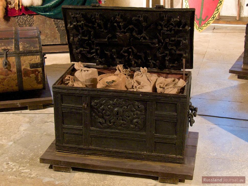 Geldtruhe mit ausgeklügeltem Schlossystem