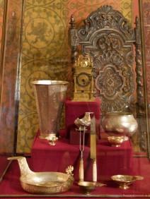 Kostbares Geschirr und eine antike Uhr