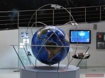 Globus mit Umlaufbahnen von Satelliten