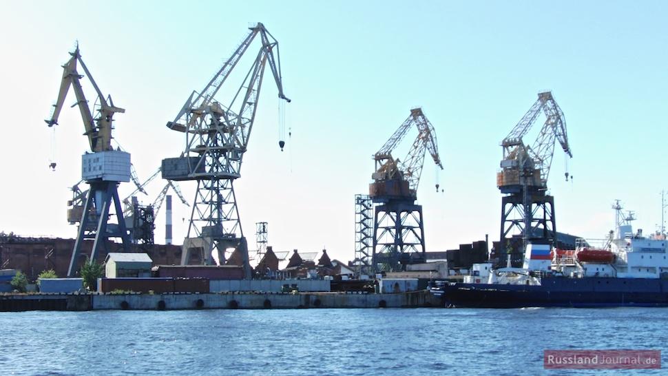 Hafenkräne in St. Petersburg