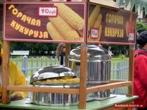 """Verkaufsstand mit der Aufschrift """"Heißer Mais"""" auf Russisch"""