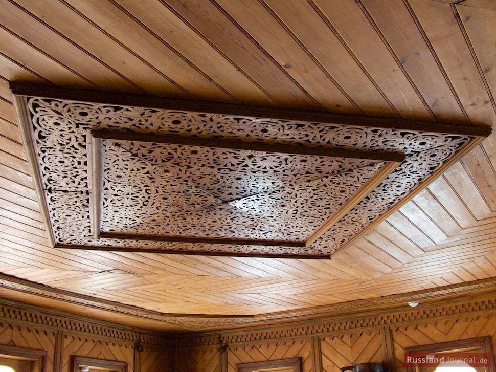 Kunstvoll geschnitzte Holzdecke