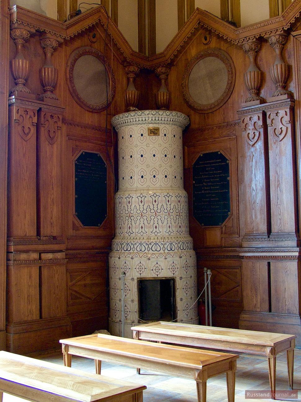 Kachelofen in der Kirche der Heiligen Apostel Peter und Paul
